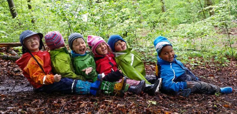Kinder rutschen im Wald